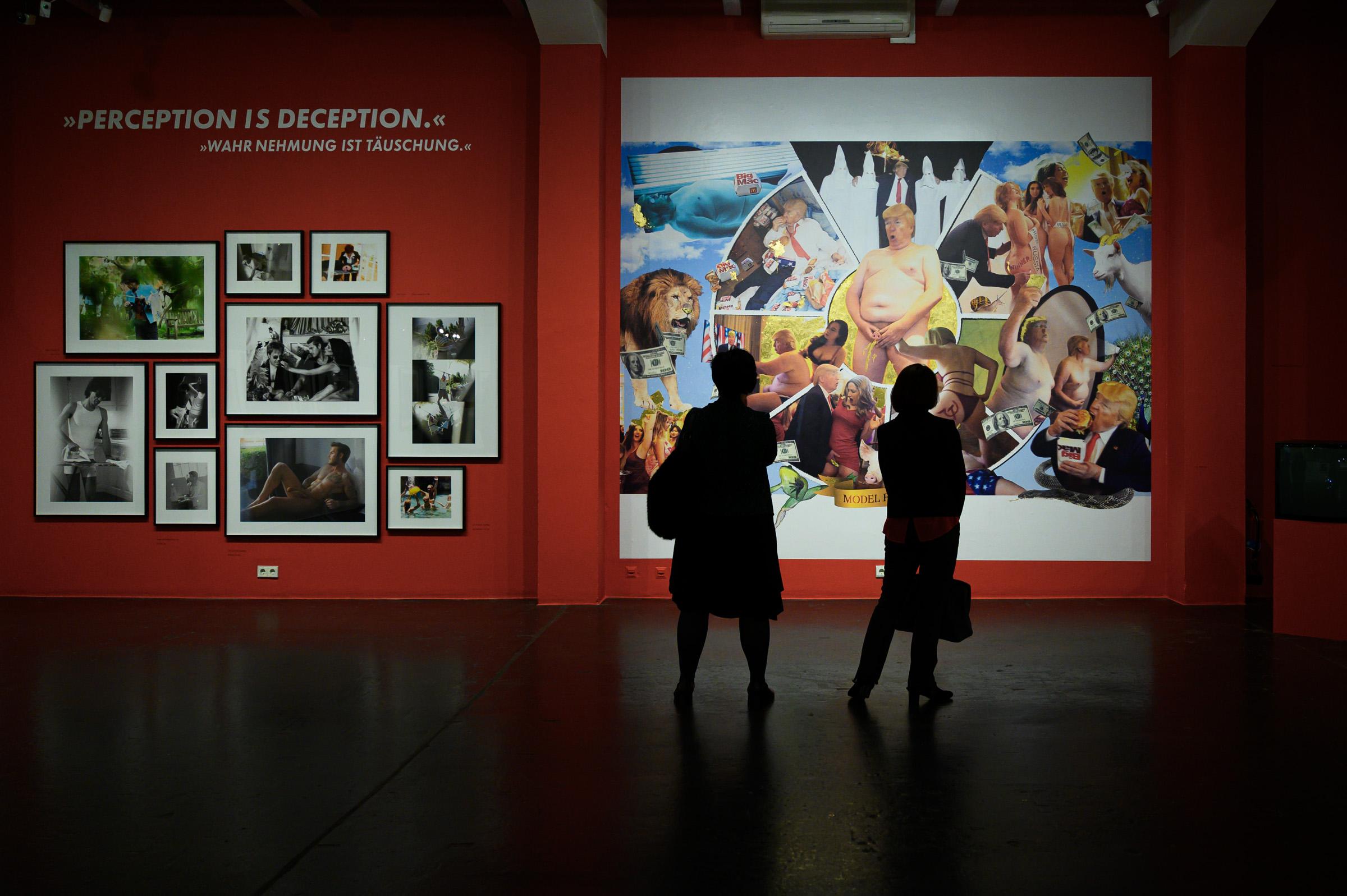 Ausstellungsraum mit einer Collage