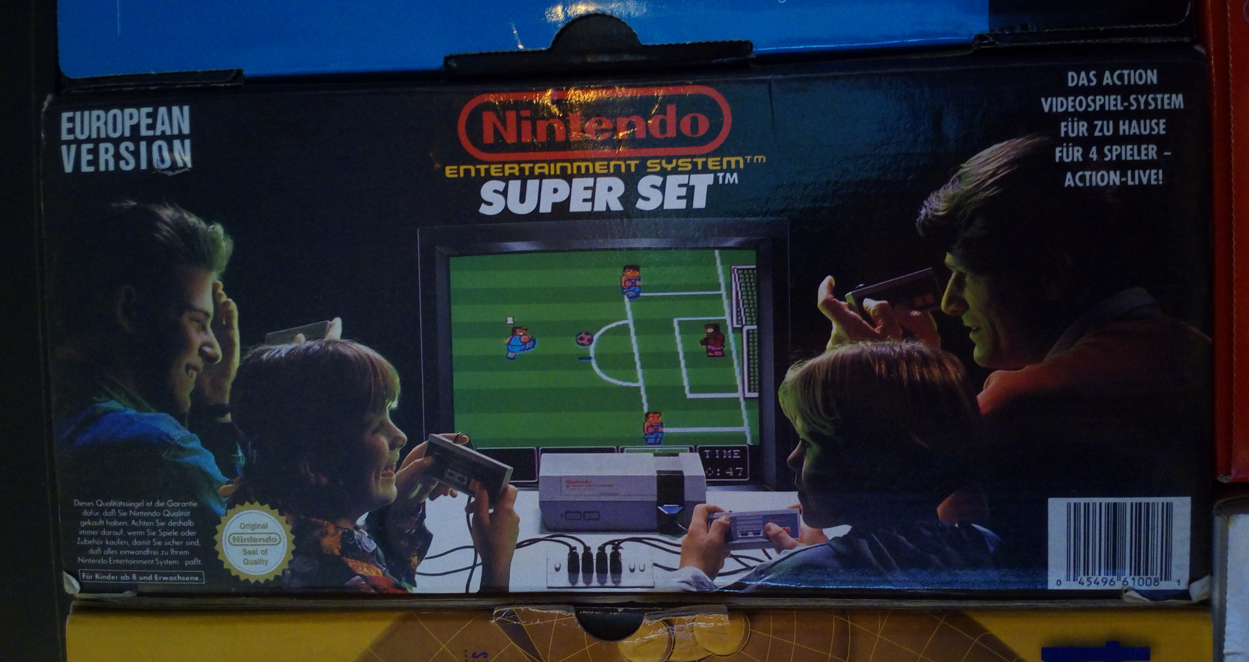 """Verpackung des """"NES Super Set"""": Eine Familie spielt zu viert """"Nintendo World Cup""""."""