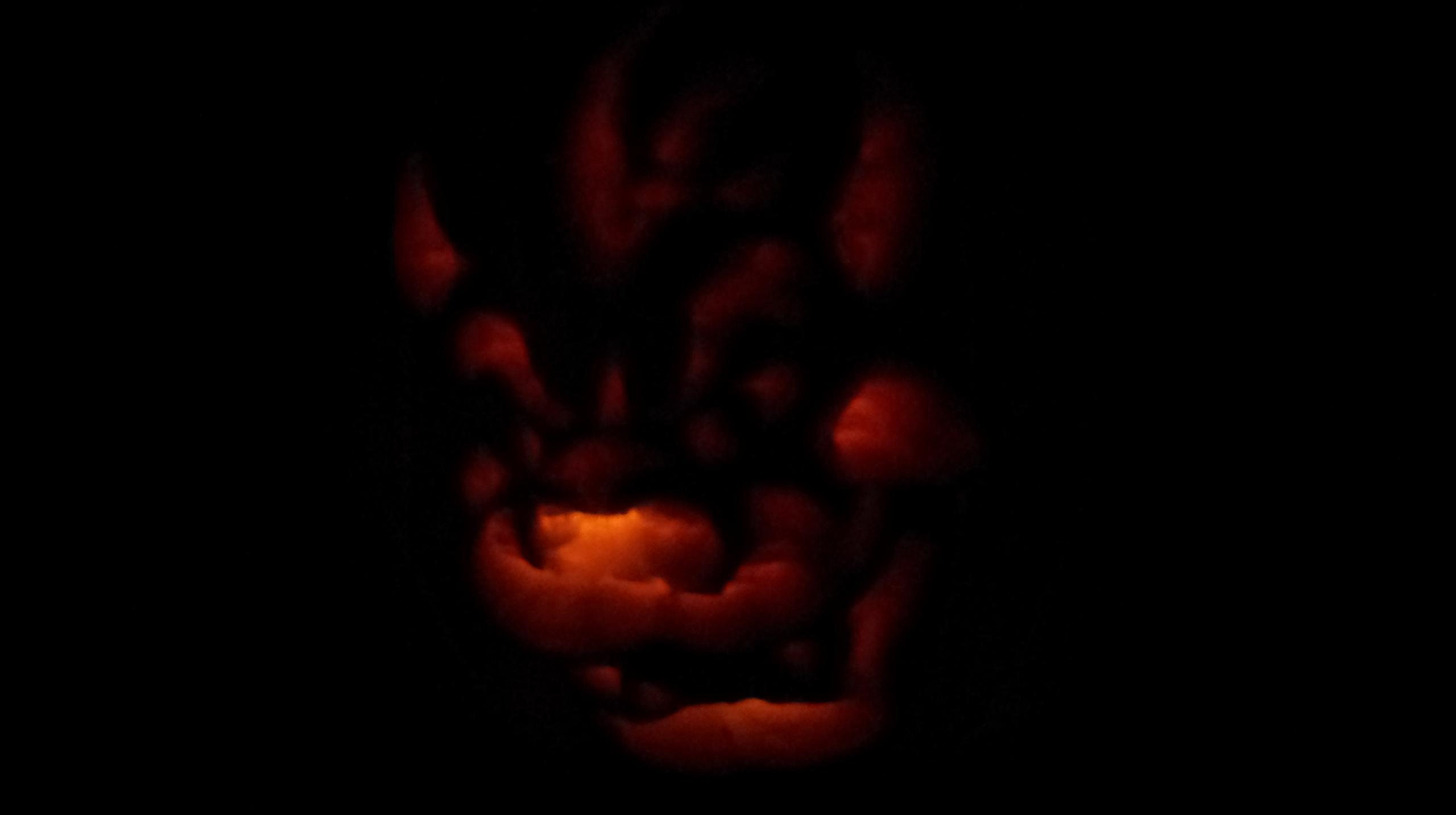 Ein aus der Dunkelheit leuchtendes Bowser-Gesicht (Halloween-Kürbis)