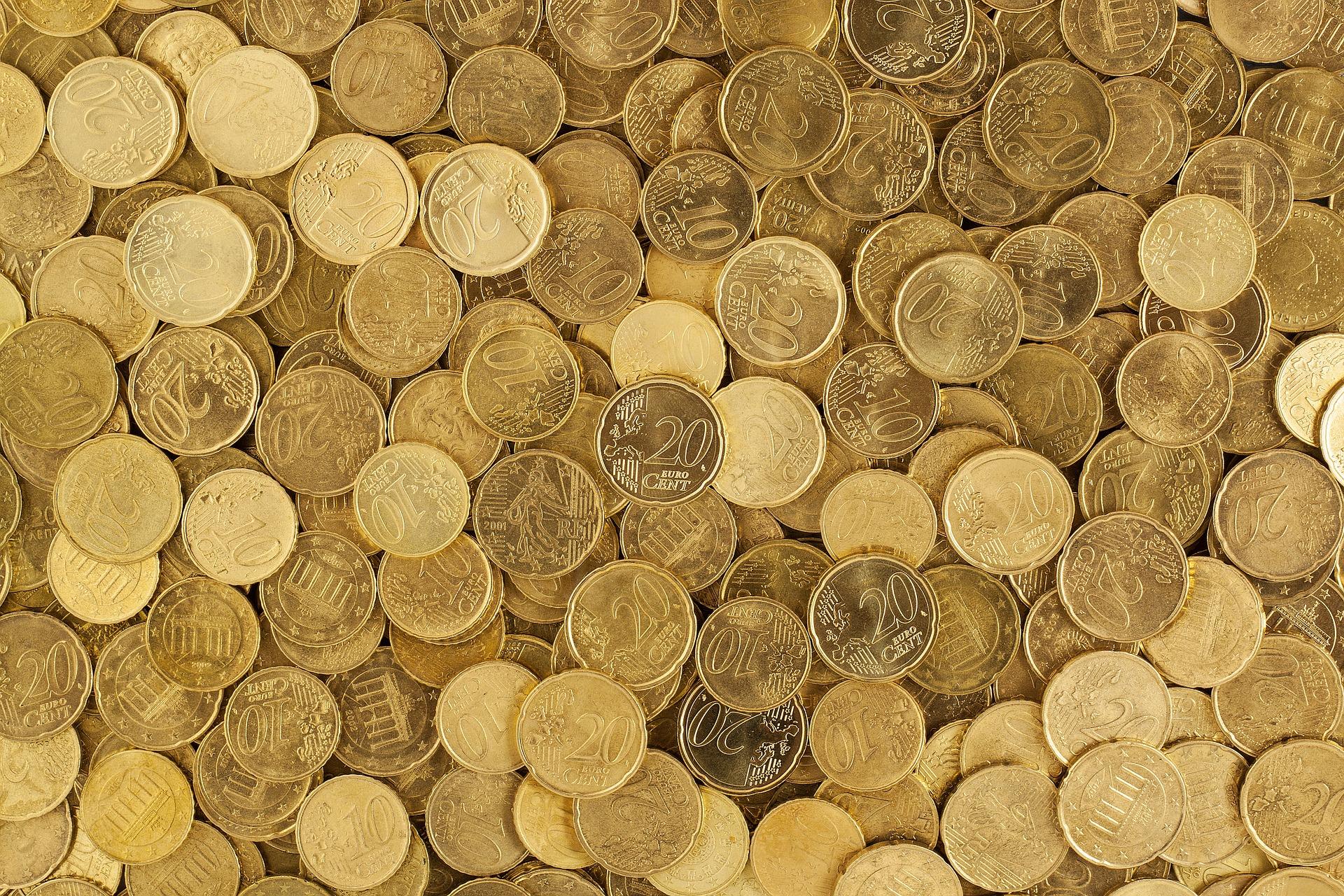 Euro Cent Münzen liegen auf einem Haufen