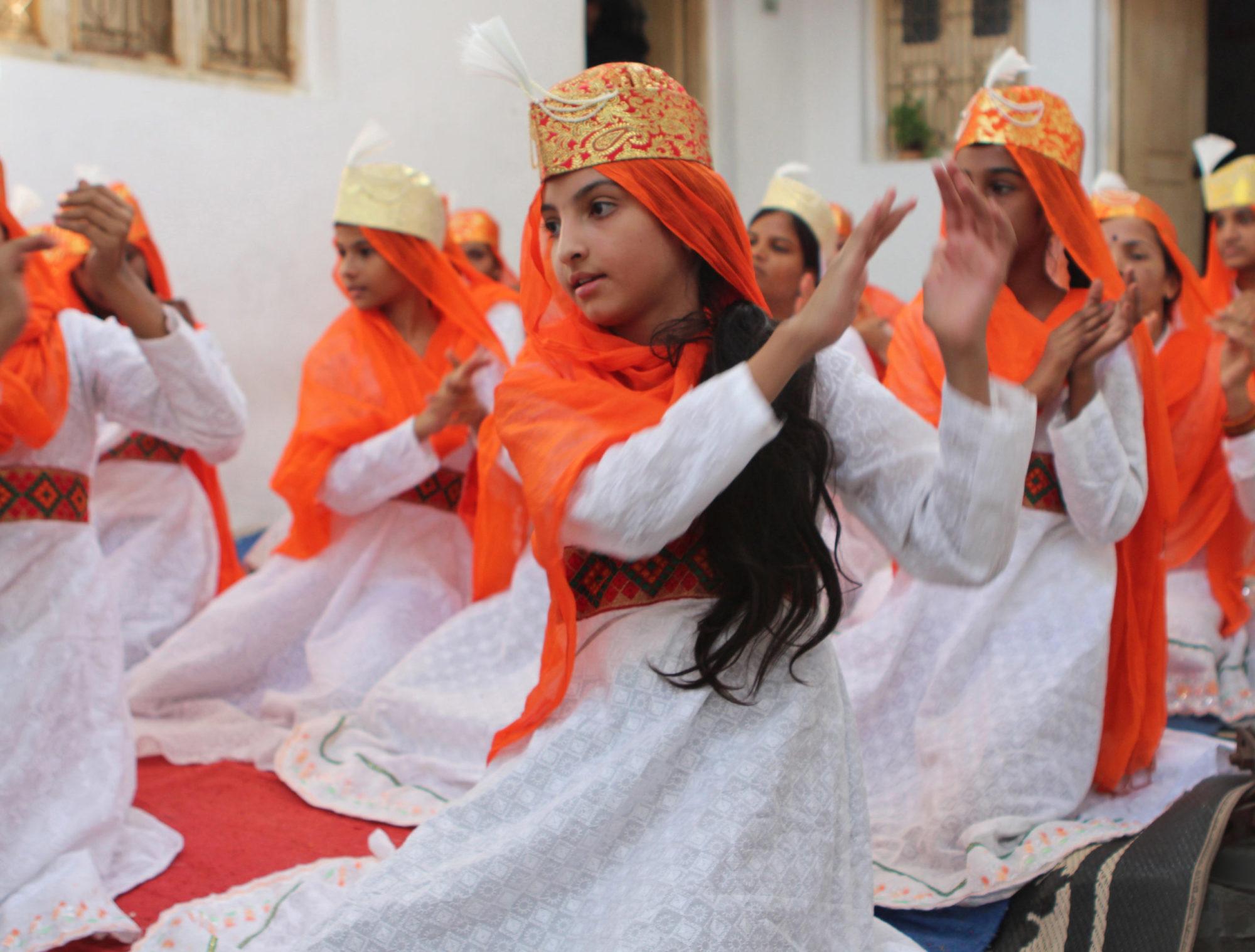 Mädchen tanzen in Indien