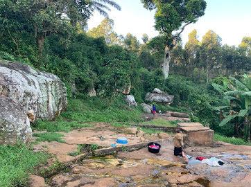 Wäsche waschen in Bugombe