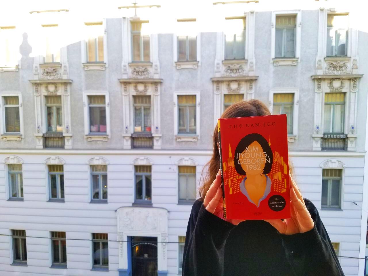 Frau mit Cover vor Gesicht