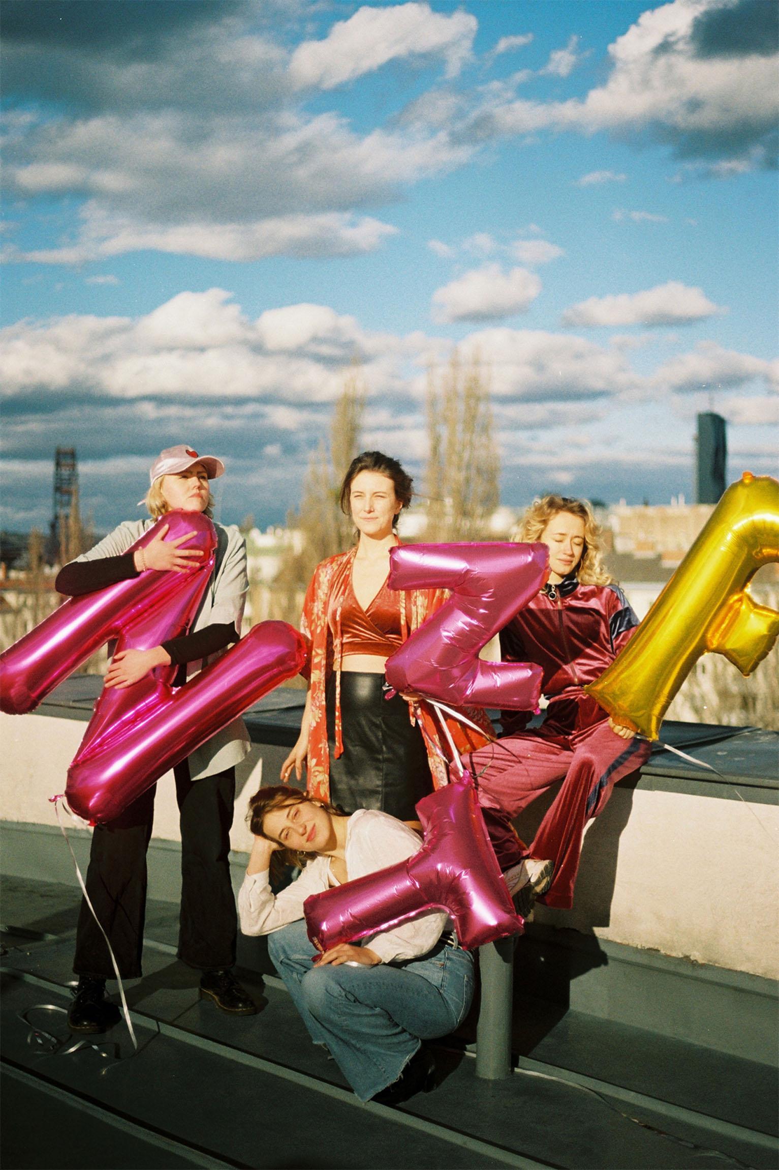 Vier Frauen, Luftballons